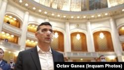 George Simion, cofondator AUR în Parlamentul de la București, purtând o mască transparentă, în semn de protest față de regulile de protecție sanitară anti Covid-19, 21 decembrie 2020.