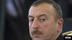 По мнению Зардушта Ализаде, Ильхам Алиев, который абсолютно бездарно управляет Азербайджаном и стоит во главе пирамиды, которая занимается грабежом народа, идет на выборы в абсолютно комфортной обстановке, без серьезных соперников