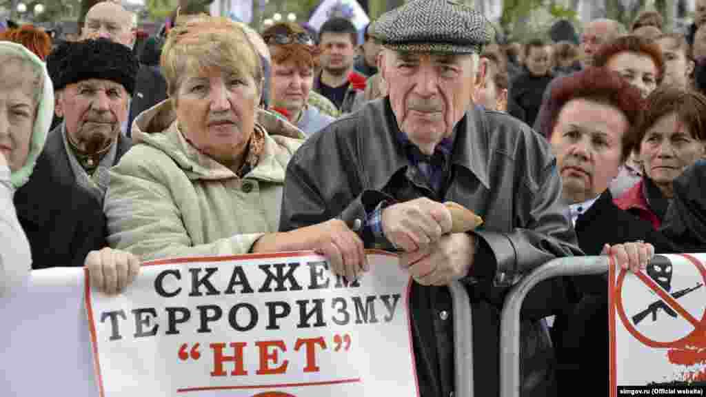 Мітинг «Кримчани проти тероризму» в Сімферополі. Присутні вшанували пам'ять загиблих у теракті в метро російського Санкт-Петербурга, 8 квітня 2017 року