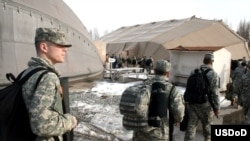 Киргизия играет важную роль в военных планах России и США, которые не заинтересованы в дестабилизации здесь ситуации. Американские военнослужащие на базе Манас перед отправкой в Афганистан