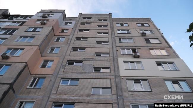 Наталія Якубова зареєстрована у квартирі у цьому будинку в спальному районі Києва, а квартиру на вулиці Шовковичній орендує