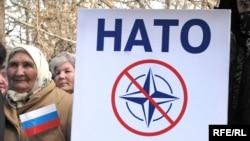 Учасники мітингу проти НАТО