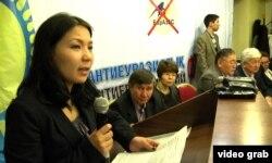 Активистка Инга Иманбай выступает на Антиевразийском форуме против создания Евразийского экономического союза. Алматы, 12 апреля 2014 года.