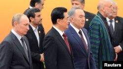 Президент России Владимир Путин, председатель Китая Ху Цзиньтао, президент Казахстана Нурсултан Назарбаев (на переднем плане) на саммите ШОС. Пекин, июнь 2012 года.