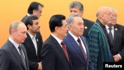 Президент России Владимир Путин, председатель Китая Ху Цзиньтао, президент Казахстана Нурсултан Назарбаев (на переднем плане).