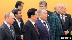 ШЫҰ саммитінде (солдан оңға қарай, төменгі қатар) Ресей президенті Владимир Путин, Иран президенті Махмұд Ахмадинежад, Қытай басшысы Ху Цзиньтао, Қазақстан президенті Нұрсұлтан Назарбаев, Ауғанстан президенті Хамид Карзай. Пекин, 7 маусым 2012 жыл.