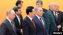 Бергі қатарда, солдан оңға: Ресей президенті Владимир Путин, Қытай төрағасы Ху Цзиньтао, Қазақстан президенті Нұрсұлтан Назарбаев ШЫҰ саммитінде. Пекин, 2012 жылдың маусымы.