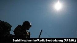 Військові Зсброних сил неподалік міста Золоте-4, в зоні розведення сил та засобів, поблизу КПВВ Золоте, на Донбасі, Луганська область