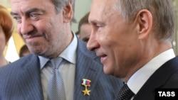 Дирижер Гергиевге былтыр орус президенти Путин Орусиянын Эмгек баатыры төш белгисин таккан. 1-май, 2014-жыл.