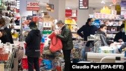 Italijani kupuju osnovne namirnice, Rim, 10. mart
