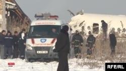 Обломки самолета Fokker 100 авиакомпании Bek Air у строения на территории вблизи алматинского аэропорта. 27 декабря 2019 года.