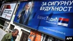 У виборчій рекламі Тадич говорив про «вибір за краще життя» і обіцяв «безпечне майбутнє», Николич представляв себе як президента «всіх громадян, а не політичної партії», фото 18 травня 2012 року