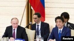 Президент России Владимир Путин и премьер-министр Японии Синдзо Абэ на деловом завтраке в Токио