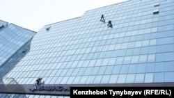 Промышленные альпинисты моют окна бизнес-центра. Алматы, 6 августа 2013 года.
