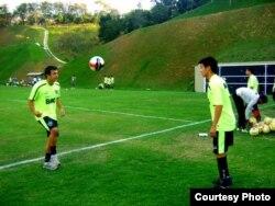 Справа - Рауан Сариев, казахский футболист в бразильской команде «Ботафого», на тренировках.