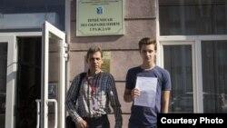 Штаб Навального в Саратове. Владимир Чарский (слева)