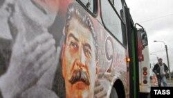 Автобус с портретом Иосифа Сталина на одной из улиц Санкт-Петербурга, 5 мая 2010