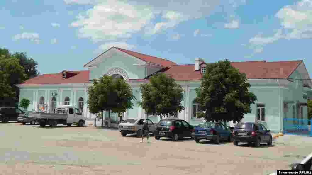 Bağçasaray demiryol stantsiyası 1875 yılı açılğan edi. O, Lozovoye stantsiyasınen (Harkiv vilâyeti) Aqmescit arasında turaqlardan birisi edi