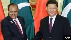 Пәкістан президенті Мамнун Хусейн (сол жақта) Қытай президенті Си Цзиньпинмен кездесіп тұр. Пекин, 2 қыркүйек 2015 жыл.