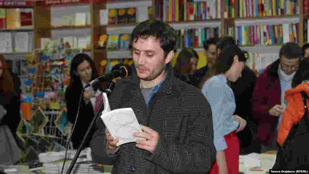 Ronin Terente recita din volumul antologic de Eugen Cioclea.