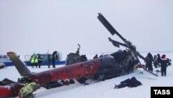 Pamje pas një rrëzimit të mëparshëm të një helikopteri në Rusi