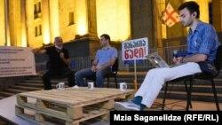 Акция протеста у парламента шестой день проходит в новом формате: с 20:20 до 22:00 идет передача под названием «Позор»