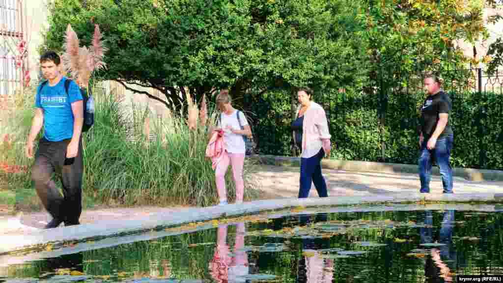 Туристы на территории Воронцовского дворца