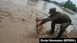 Наводнение в поселке Курманжан-Датк. Кыргызстан, 26 апреля 2012 года.