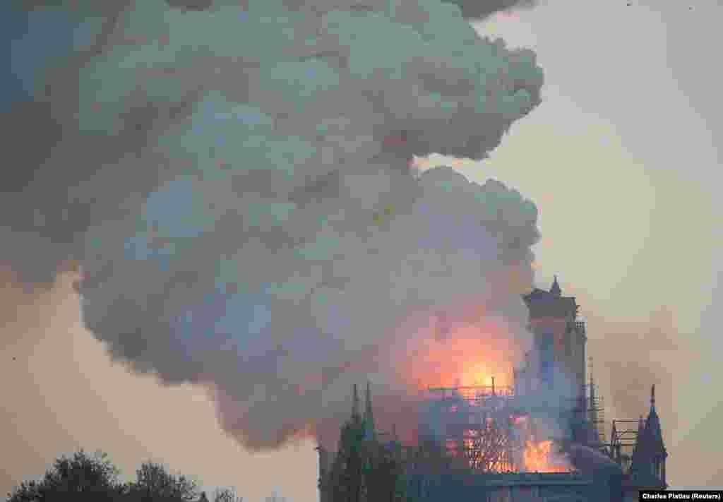 Причина пожара, начавшегося примерно в 18:50 по местному времени, неизвестна. Однако высказываются предположения, что несчастье могло быть вызвано работами по реставрации здания, вокруг которого сооружены строительные леса высотою около 100 метров.