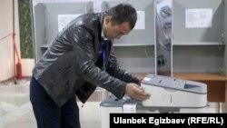 Қирғизистонда 2017 йили бўлиб ўтган президент сайловидаги сайлов участкаларидан бири.