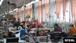 Работници во текстилна фабрика