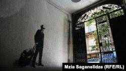 Нарисованная фигура статична, но по ощущениям от увиденного рисунка – Сараджишвили уходит из Дома писателей