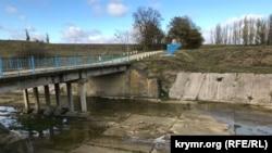 В месте, где река Биюк-Карасу вытекает из Белогорского водохранилища