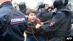 Задержание участника оппозиционной акции в Санкт-Петербурге. Июнь 2017 года