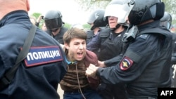 Russian police officers detain a participant in an unauthorized opposition rally in Saint Petersburg. (file photo)
