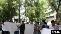 Tajik protest the disruption of humanitarian aid transports in Bishkek.