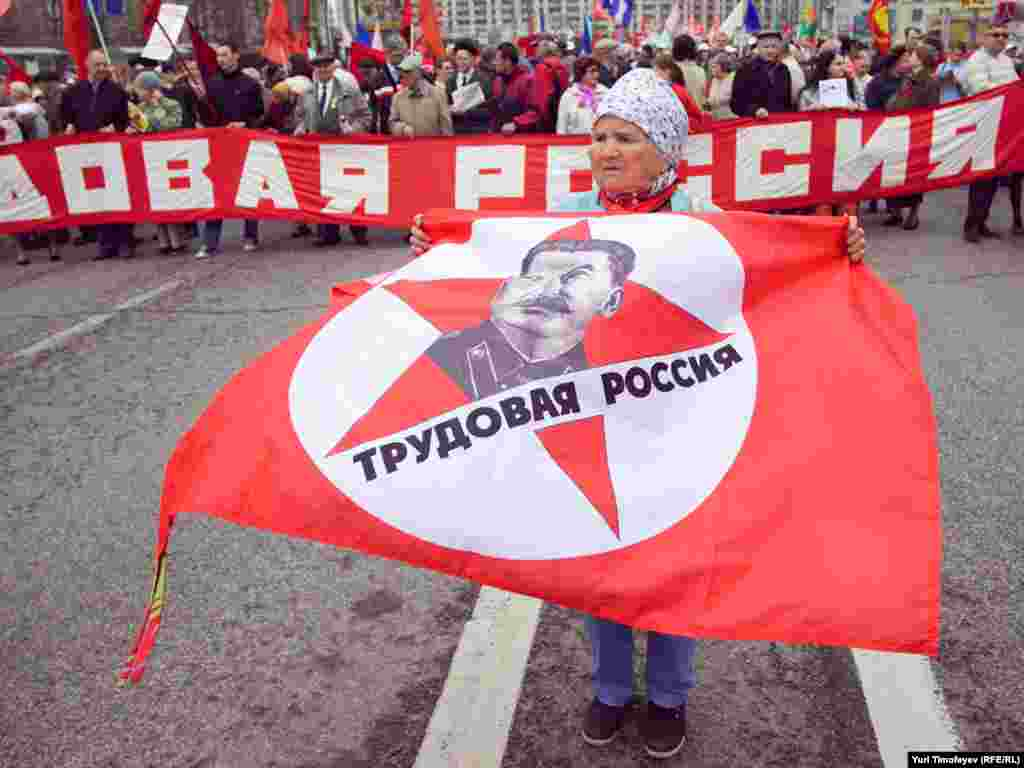 С Калужской площади коммунисты маршем прошли до Театральной площади