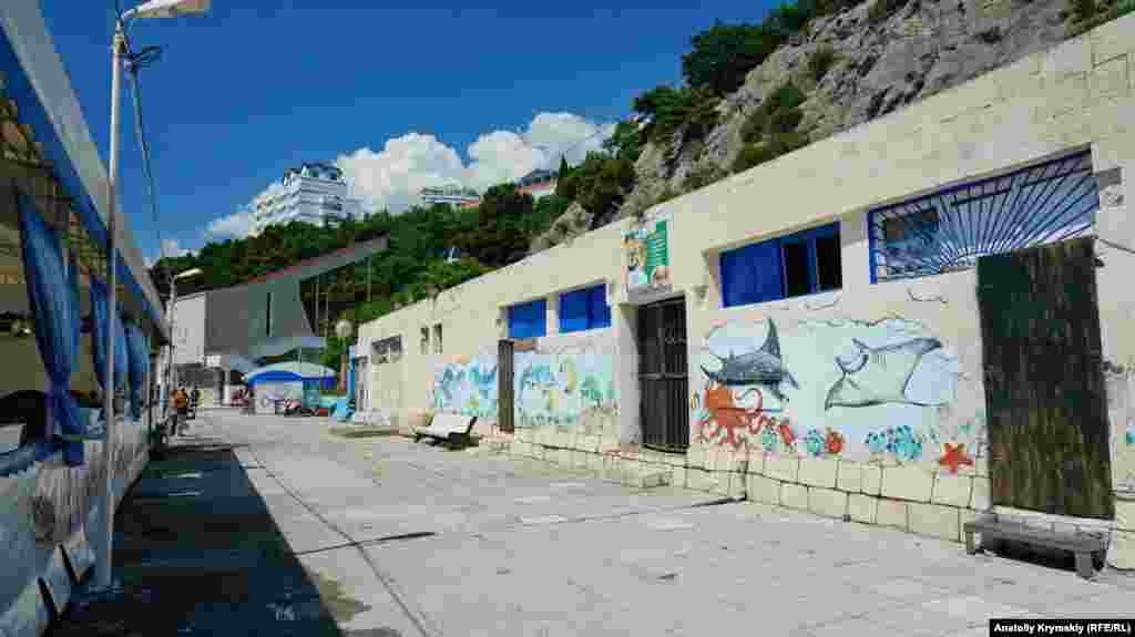 Разрисованные стены возле пляжей Гаспры
