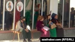 Женщины в ожидании автобуса, Гокдепе