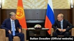Алмазбек Атамбаев и Владимир Путин. Фото пресс-службы президента КР.