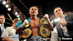 Чемпион мира по профессиональному боксу Геннадий Головкин (в центре). Нью-Йорк, 2 ноября 2013 года.