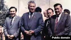 Динмухамед Кунаев (в центре). По его праву руку - Нурсултан Назарбаев.