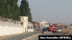 Пожарная машина рядом с посольством Китая в Бишкеке.