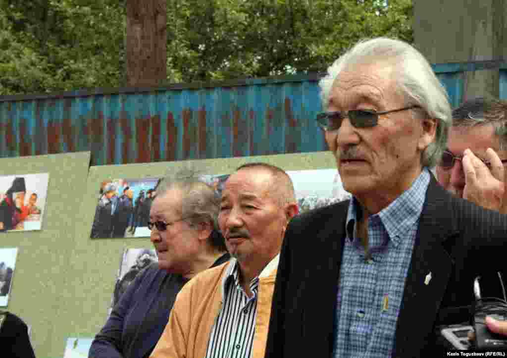 Казахский писатель Габбас Кабышулы выступает на импровизированном митинге в связи с проведением фотовыставки о Жанаозене под открытым небом.
