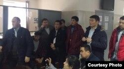 Собравшиеся 9 декабря в посольстве мигранты.