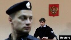 Судья Сергей Блинов зачитывает приговор Алексею Навальному и Петру Офицерову