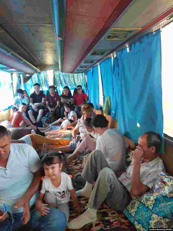 Арал қаласынан Түркістанға шыққан автобуста отырған жолаушылар.