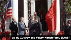 Secretarul general al Comitetului Central al Partidului Comunist al URSS, Mihail Gorbaciov (al doilea din stânga), strânge mâna vicepreședintelui SUA de la acea vreme, George Bush, în prezența președintelui american Ronald Reagan.
