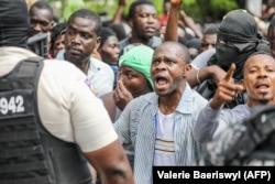 Толпа гаитянцев, недовольных общим ростом насилия, у дома убитого президента в Петьонвиле. 8 июля 2021 года
