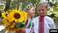 Milli geyimli Ukrayna uşaqları